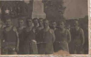 Przed pomnikiem Armii Czerwonej pracownicy Powiatowego Urzędu Bezpieczenstwa Publicznego