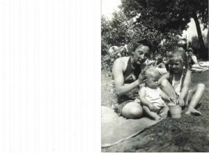 1943 r. nad Świdre koło Warszawy, brat Andrzej 1,5 roku, Bogumiła lat 10, ciocia Gienia mroczek ok. 18 lat -zginęła w 1944 r. w Krakowie