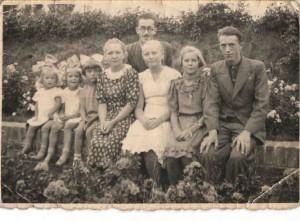 Przed 1939 ogórd botaniczny w Bydgoszczy p. Helena burakowska w sukni z kwiatkami