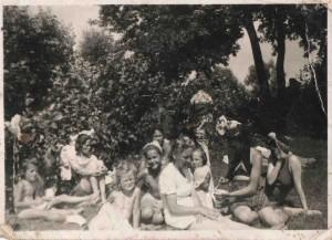 W -wa 1943 nad Świederm, mama helenka z dziećmi