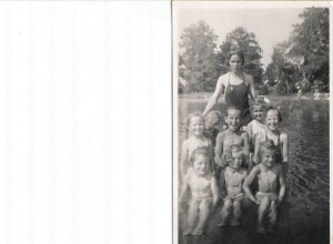 W-wa 1943 r. wakacje w Świdrze Bogumiła z lewej strony, na dole jej siostra Grażynka