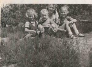 W-wa 1943 wkacje w radości w warkoczykach p. bogumila z basią Juźwiak, z siostrą Grazynką- od lewej z kuzynem januszem