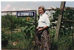 Helga jengel von Studnitz przy tablicy z nazwą ulicy Studnitza