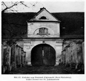 Wjazd do dworu Świercze. (Einfahrt zum Gutshofe Schönwald.) Zdjęcie wykonane przez Maxa Glauera w opublikowane w książce Oberschlesische Landbaukunst um 1800