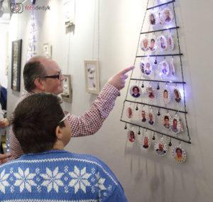 """Zwiedzający wystawę """"Oleskie perełki na święta""""."""