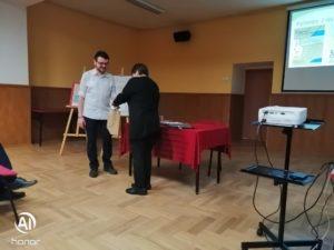 Wręczenie podziękowania przez dyrektor muzeum Ewę Cichoń dla Michała Pawełczyka za przeprowadzoną prelekcję podczas spotkania muzealnego.