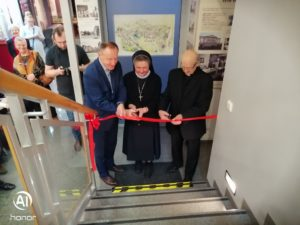 Przecięcie wstęgi przez Burmistrza Olesna Sylwestra Lewickiego, siostrę Dolores Zok i Prałata Zbigniewa Donarskiego.