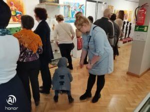 """Zwiedzający wystawę """"Radość życia na afrykańskich batikach""""."""
