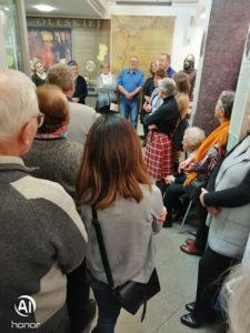 """Zaproszeni goście na wystawie """"Radość życia na afrykańskich batikach""""."""