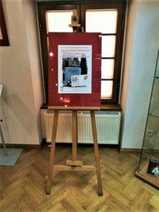 """Fragment wystawy """"W stulecie urodzin papieża Polaka"""" - plakat promujący wystawę."""