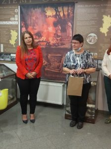 Kierownik ŚDS w Sowczycach i dyrektor muzeum podczas otwarcia wystawy