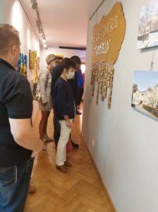 """Zwiedzający wystawę """"15 Lat minęło...""""."""