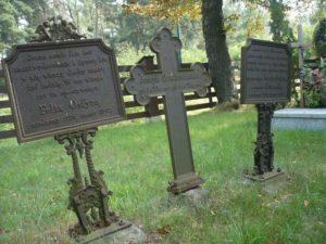 Najstarszy nagrobek przy kościele św. Anny -żeliwny krzyż z dwiema tablicami