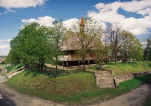 Na wzgórzu stoi drewniany kościół pw. św. Rocha w Grodzisku