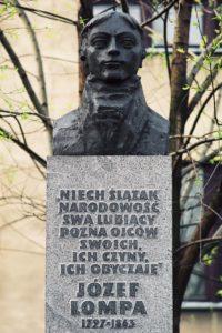 Pomnik J. Lompy przed ZSZ w Oleśnie im. Józefa Lompy