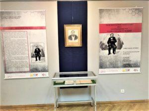 Wystawa poświęcona Józefowi Lompie- plansze, portret i rękopis Lompy w gablotce