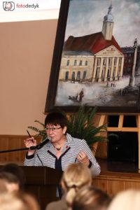 Dyrektor OMR w Oleśnie Ewa Cichoń wygłasza prelekcję